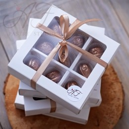 Коробка на 9 конфет с окном, белая,14,5х14,5х3,3 см